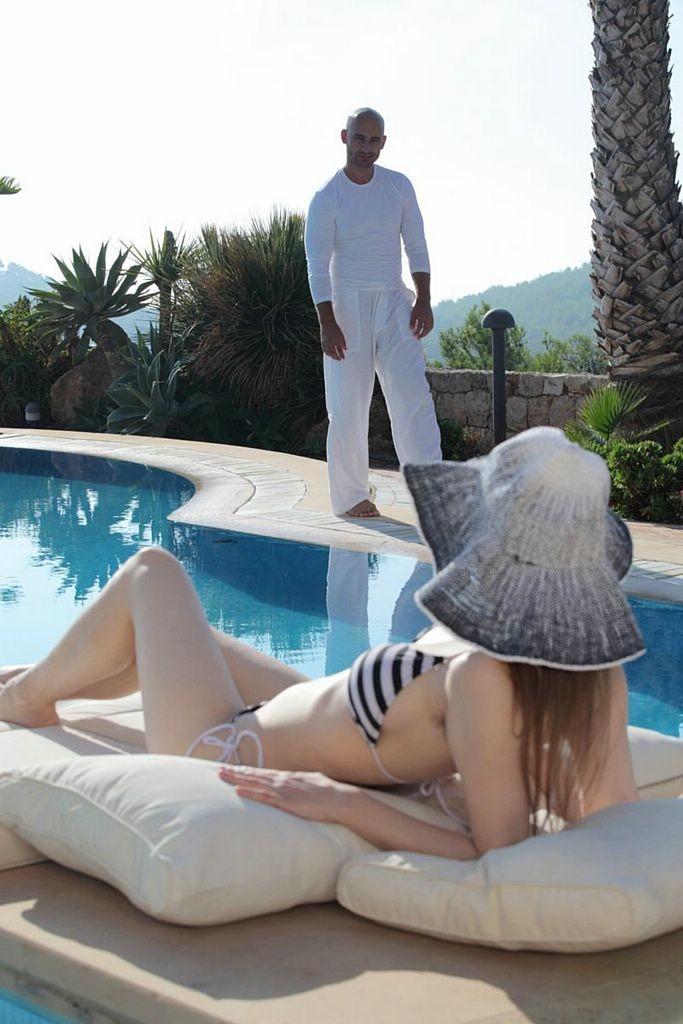 Фото загорающей бассейна эротика