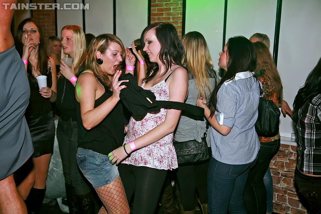 Фото сосут вечеринке эротика