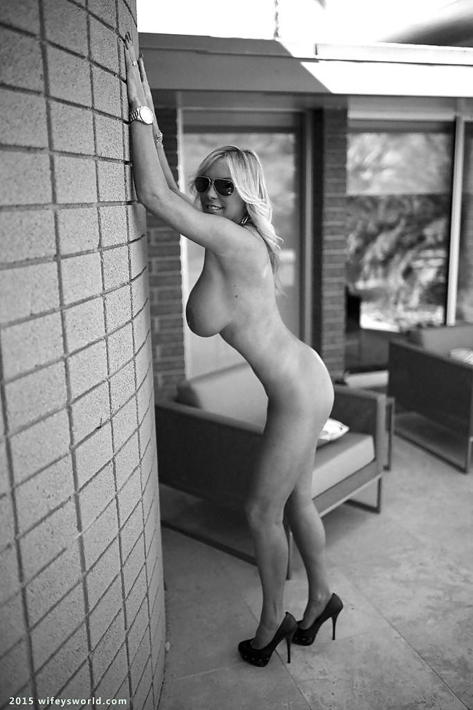 Фото попозировала голышом эротика
