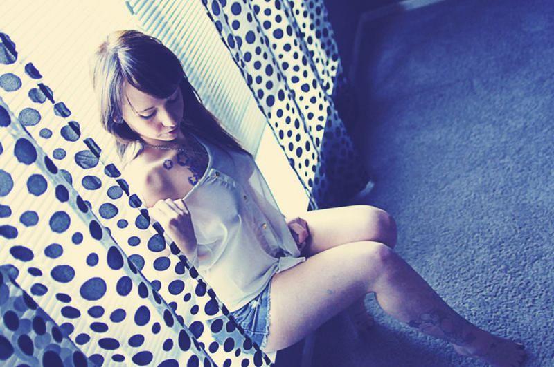 Фото позирует окна эротика