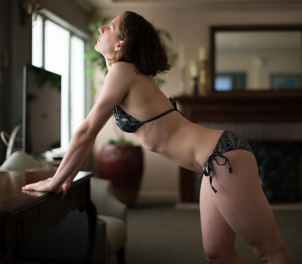 Фото телосложением позирует эротика