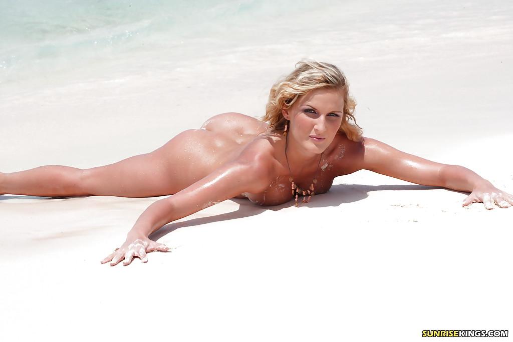 Фото позирует пляже эротика