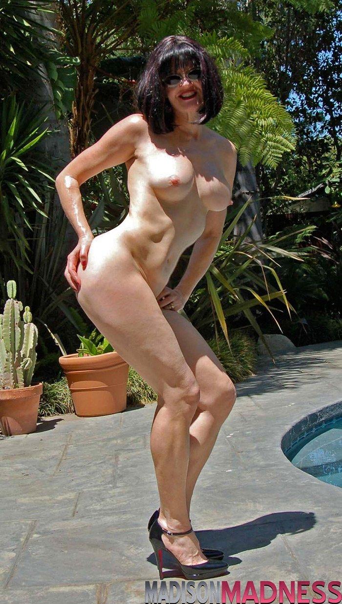 Фото женщина играет эротика